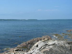 Bar Harbor, Maine. Eden Shore, a 3BR, 2BA Oceanfront Cottage with 300 feet of shore frontage 12 minutes from Bar Harbor center. - Bar Harbor, Maine, United States