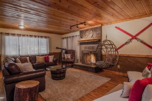 Hushabye Mountain Lodge sleeps 10 and is 4 minutes from Big Bear Lake and 10 minutes from Snow Summit and Bear Mountain. - Big Bear , California, United States