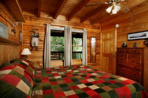 Bear's Den Cabin, in Gatlinburg, Tennessee, has 2-bedrooms, 2-bathrooms, sleeps 6, with King-sized beds, a Hot-Tub and Wi-Fi. - Gatlinburg, Tennessee, United States